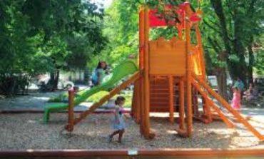Опасна дупка на детска площадка в Провадия