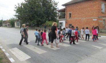 Изградиха повдигната пешеходна пътека в с. Гроздьово