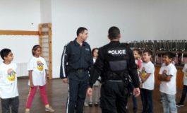 Третокласници усвояват личната полицейска защита