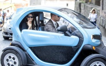 epaselect epa05387720 New Rome's Mayor Virginia Raggi (L) arrives in a Renault Twizy electric car at Campidoglio Palace (the town hall) the day after the settlement ceremony in Rome, Italy, 24 June 2016.  EPA/MASSIMO PERCOSSI