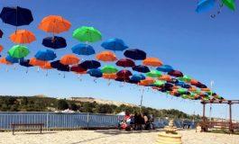 Сто чадъра хвърлят сянка над крайезерната алея в Белослав