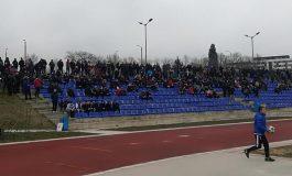 Феновете на Спартак щурмуват Суворово с автобус и коли