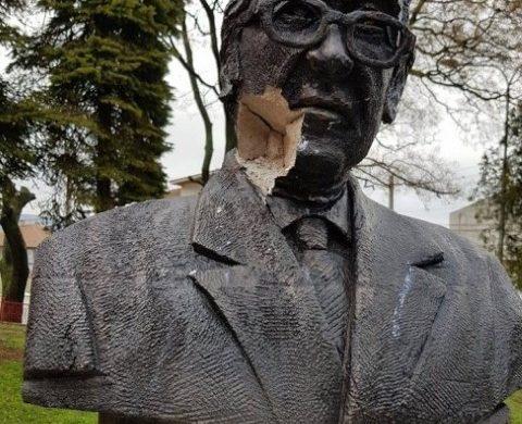 Неизвестни поругаха паметника на Дичко Коларов в Девня