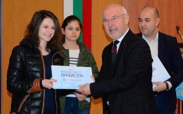 Studentka-ot-Tehnicheskiya-universitet-specheli-nagradata-za-logo-Varna-Evropejski-grad-na-sporta-2019-g.-DSC_9081-830x430