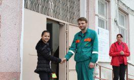 Инженерът със спасения портфейл благодари лично на малката Айлин