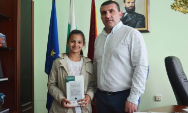 Кметът на Девня награди ученичката, върнала изгубен портфейл