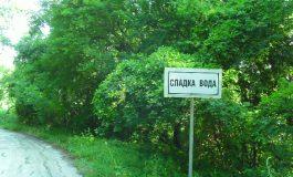 Жителите на село Сладка вода искат ремонт на пътя до селото. Кмета обещал
