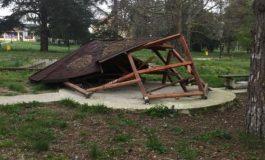 Вандали изпочупиха парка и игрището в Старо Оряхово