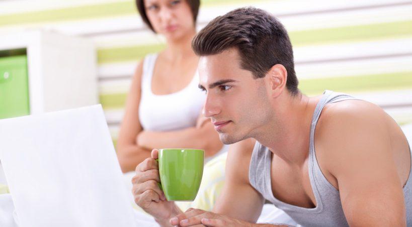 Защо Той Лъже За Порното, Което Гледа В Интернет (Да си кажем истината!)
