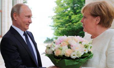 Путин посрещна Меркел с бели рози в Сочи (ВИДЕО)