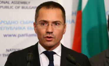 Ангел Джамбазки изригна гневно срещу срещу евродепутата от ДСБ Светослав Малинов, който заби нож в гърба на България