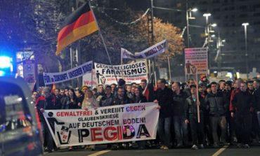 Протести в Германия срещу мигрантите, нова вълна означава оставка за Меркел. Удар на Путин в Идлиб може да я свали