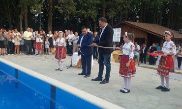Георги Тронков и Стоян Пасев отрязаха лентата на новия плувен басейн във Вълчи дол (ГАЛЕРИЯ)