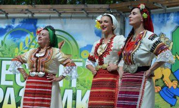 Песни от всички фолклорни области огласиха Празника на пенсионера в Девня (снимки/видео)
