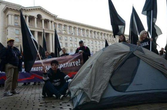 Протестиращите майки на деца с увреждания опънаха палатки пред Министерския съвет