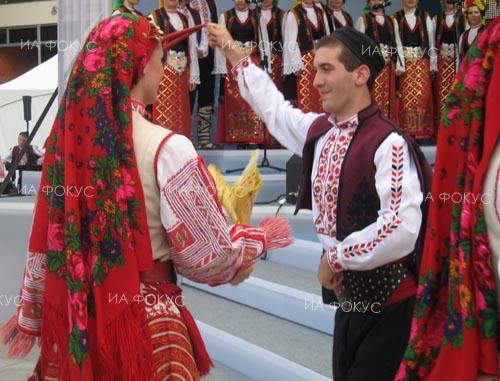 """Самодейци от местната група за народни обичаи на читалището в село Пчелник и деца от детска градина """"Пламъче"""" се събраха за Деня на християнското семейство"""