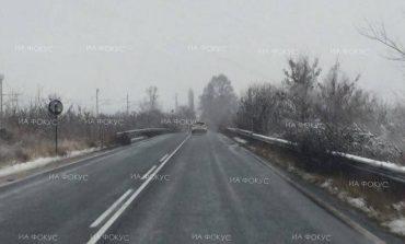 Слаб сняг е валял в северните райони на общините Вълчи дол и Ветрино, няма натрупала се снежна покривка по пътните платна