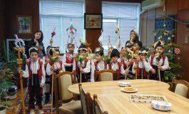Кметът на Долни чифлик Красимира Анастасова посрещна коледарчета от детските градини от общината