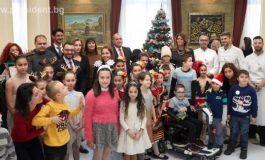 """Държавният глава, неговата съпруга и деца на """"Българската Коледа"""" украсиха елхата в президентството"""