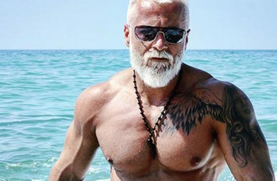 35-годишен мъж харчи цяло състояние, за да изглежда на 50 (снимка)