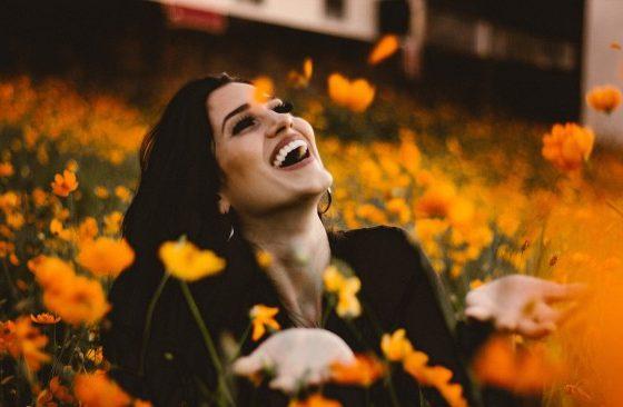 Защо усмихнатите хора ни привличат?