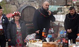 Д-р Димитър Димитров заряза лозята и пожела берекет в село Момчилово по случай празника Трифон Зарезан (снимки)