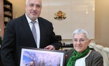 Премиерът Борисов се срещна с реставраторката на Желязната църква, тя му подари картина
