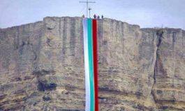 Опънаха 35-метров трибагреник от скалата Петрич кале