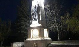 Осветиха Паметникът на загиналите войни във Ветрино