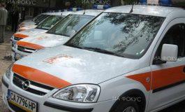 Двама души са пострадали, след като автомобил е излязъл от пътното платно и се е блъснал в паркиран микробус в Дългопол