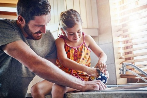 За да са добре в училище, давайте на децата домакински задължения
