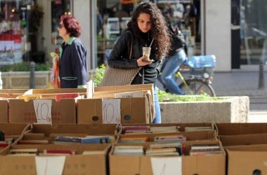 Предимно жени със средно образование четат книги