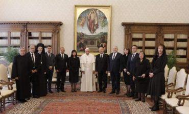 Без свян ГЕРБ вкара и Светия отец в кампанията си. Заведе му кандидат за евродепутат