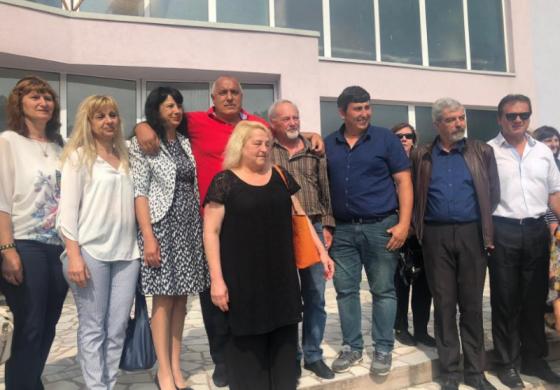 Бойко Борисов пак подкара джипа! Проверява училище в Нова Загора, улици в Сливен
