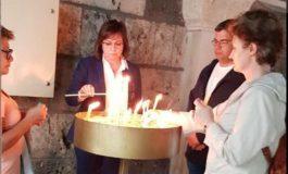 Нинова запали свещ и се помоли за...