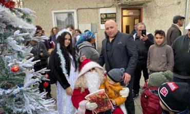 Дядо Коледа дойде при децата в село Бозвелийско (снимки/допълнена)