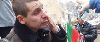 Протестиращи счупиха врата на МРРБ, полицията ги напръска с лютив спрей (ВИДЕО)