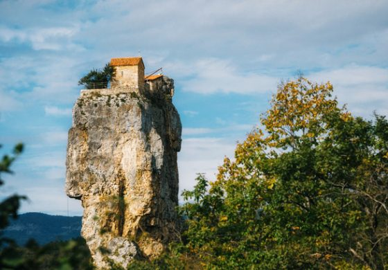 Необичайната църква, където безстрашни монаси са на крачка по-близо до Бога