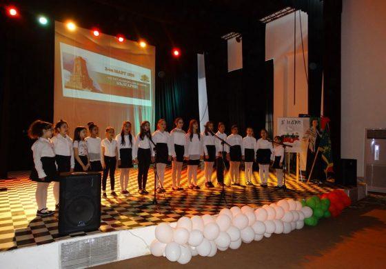"""Децата от СУ """"Христо Ботев"""" обелязаха Националния празник на България- 3 март"""