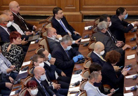 Въпреки възраженията на Горанов парламентът прие 9% ДДС за ресторанти, хотели и книги