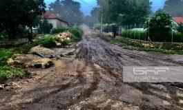 Продължават разчистването на калта от улиците на село Неофит Рилски