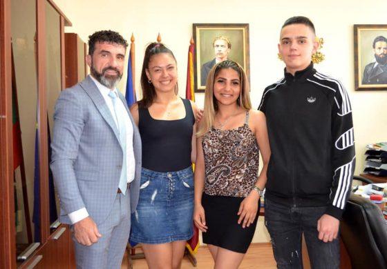 Свилен Шитов връчи финансова помощ на три деца, полусираци по случай завършване на средното си образование