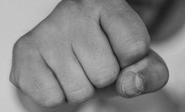 Мъж нападна с юмруци 19-годишен във Вълчи дол, взе му телефона