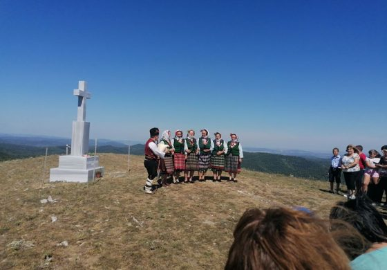 Издигнаха кръст-паметник на загиналите за България на връх Стара Голица (СНИМКИ)