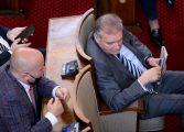 Цирк в парламента: БСП залости стаята си, не пуска инспектори на РЗИ да глобят депутатите без маски
