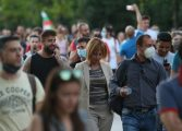 """Мая Манолова излезе да """"краде"""" електорат от шествието на президента"""