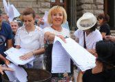 Мая Манолова взе да увърта за провокацията с майките в парламента