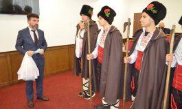 Коледари зарадваха общинското ръководство в Девня (СНИМКИ)